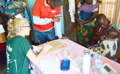 タンザニアのマサイ族の母子へのヘルスケアの提供をアシストする高校生ボランティア